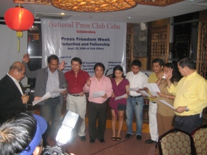 RTC Judge Meindrado Paredes inducts the officers of the newly reorganized National Press Club Cebu, namely, Emmanuel 'Anol' Mongaya of Superbalita and Sun.Star Cebu, club president; Eddie Barrita of Philippines News Agency (PNA), vice president for print; Ely Baquero of Sun.Star Cebu and Bantay Radyo, vice president for radio; Janice Callino of IBC 13, secretary; Fred Languido of The Freeman and DYLA, public relations officer; Job Tabada of Cebu Daily News,, treasurer; Mitchelle Palaubsanon of The Freeman, auditor; and Manny delos Santos Rabacal of CCTN, vice president for television. Not in the photo are directors John Rey Saavedra of Banat News, Ely Espinosa of Sun.Star Cebu and Superbalita, and Godofredo Roperos of Sun.Star Cebu and Cebu Catholic Television Network. The induction and Press Freedom Week club fellowship was held at the Wang Shan Lo Restaurant at the 20th floor of Club Ultima last September 25, 2008 in uptown Cebu City.
